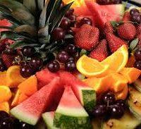 Cueillette de fruits frais, chantilly à la fève Tonka, servie dans son panier croquant