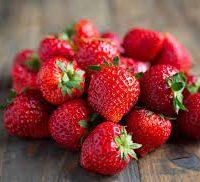 Tartare de fraises parfumé  au basilic et touche de Balsamique, crème à l'amande sur sablé Breton, glace au yaourt