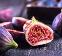 Figues rôties caramélisées au Porto, cylindre d'agrumes et  mousse vanille, sa glace