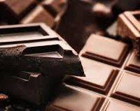 Barre chocolatée «nyangbo», crémeux Dulcey, vanille caramel beurre salé   et pralines de mendiant, sa glace cacahuètes